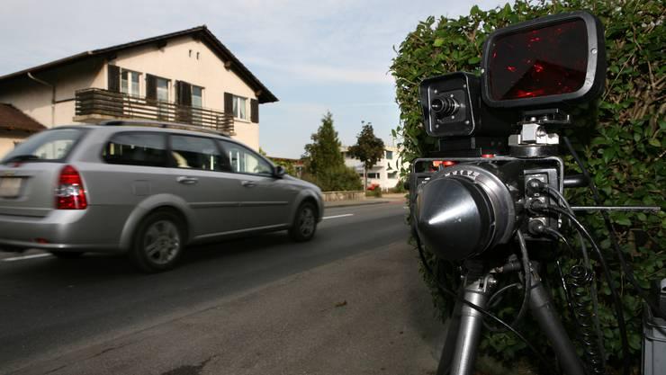 Bei einer mobilen Radarkontrolle ist der Walliser Kantonspolizei am Sonntag ein Raser mit 149 statt 80 Stundenkilometern ins Netz. (Symbolbild)