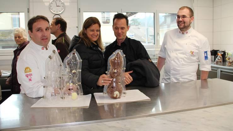 Karl Richner (links) und Andi Lüscher (rechts) erklären den Besuchern, wie ein Osterhase entsteht.