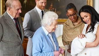 Rückblick auf harmonische Zeiten: Queen Elizabeth II begrüsst mit Prinzgemahl Philipp ihren Ur-Enkel Archie.