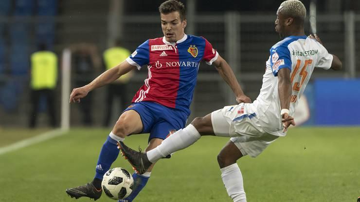 Basels Kevin Bua, links, im Kampf um den Ball gegen Grasshopper Souleyman Doumbia, rechts