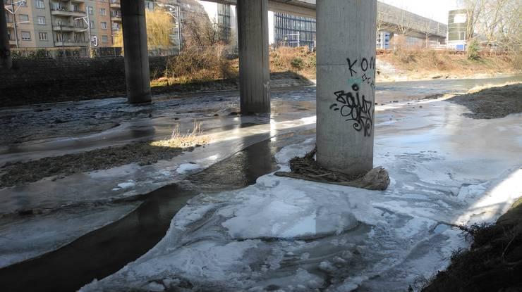 Rund um die Pfeiler der Sihlhochstrasse sammelt sich Eis.