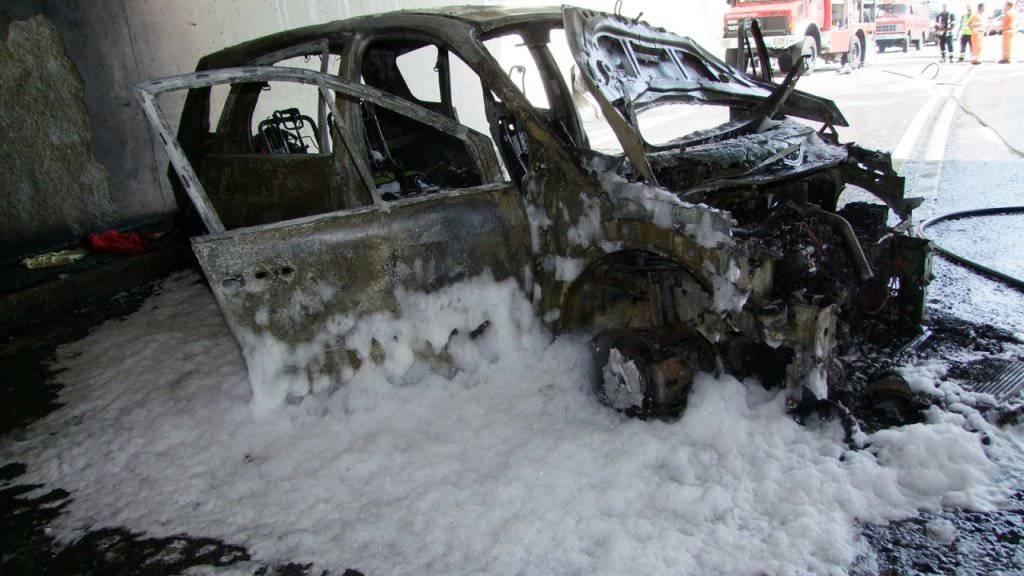 Autobrand mit Folgen: Die A13 musste am Freitagnachmittag zweieinhalb Stunden lang gesperrt und die Familie, der das Auto gehörte, zur Kontrolle ins Spital gebracht werden.