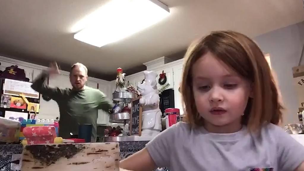 Vater crasht tanzend das Schul-Video seiner Tochter
