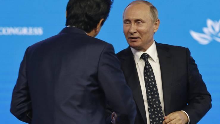 Japans Premierminister Abe (l.) und Russlands Präsident Putin deuteten in Wladiwostok Wege für eine Annäherung an.
