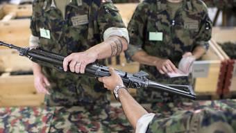 Dürfen Armee-Angehörige ihre Waffe nach dem Dienst weiterhin behalten?