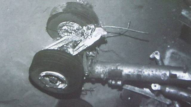 Unterwasserbild eines Fahrwerkteils der abgestürzten Maschine