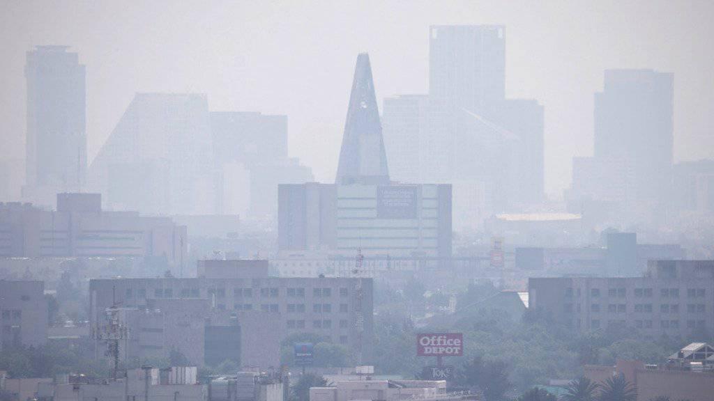 Über der Metropole mit 21 Millionen Einwohnern hängt nahezu ständig eine Smogglocke. (Archivbild)