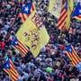 Tausende Menschen haben in Barcelona für die Freiheit von inhaftierten Politikern der katalanischen Unabhängigkeitsbewegung demonstriert.