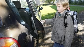 Vom Schulzimmer ins Auto: Schulen sehen es nicht gern, wenn die Kinder von den Eltern bis auf den Pausenplatz chauffiert werden.