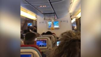 Viele Verletzte durch Turbulenzen in Flugzeug.