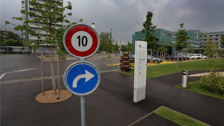 Tempo 10 hat sich als nicht praktikabel erwiesen. Neu gilt demnächst Tempo 20 auf dem ganzen Areal des Kantonsspitals Olten.