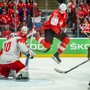 Eishockey-WM 2019: Simon Moser irritiert den russischen Torhüter Alexander Georgiev.