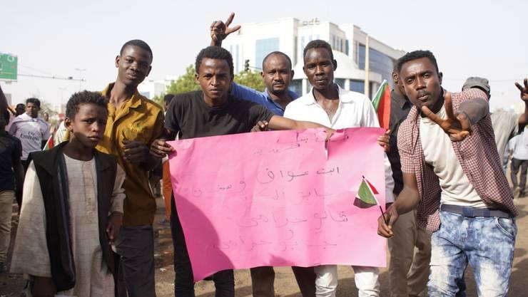 Die Proteste im Sudan gehen auch nach der Absetzung des Langzeitmachthabers Omar Al-Baschir durch das Militär weiter: Die Demonstranten fordern eine zivile Regierung.