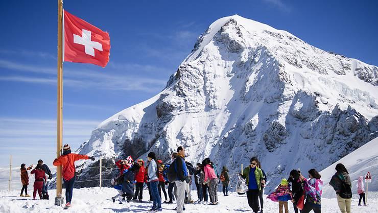 Fast eine halbe Million Besucher reisten in den ersten sechs Monaten des Jahres auf das Jungfraujoch - sogar mehr als in derselben Periode im Rekordjahr 2015. (Archiv)