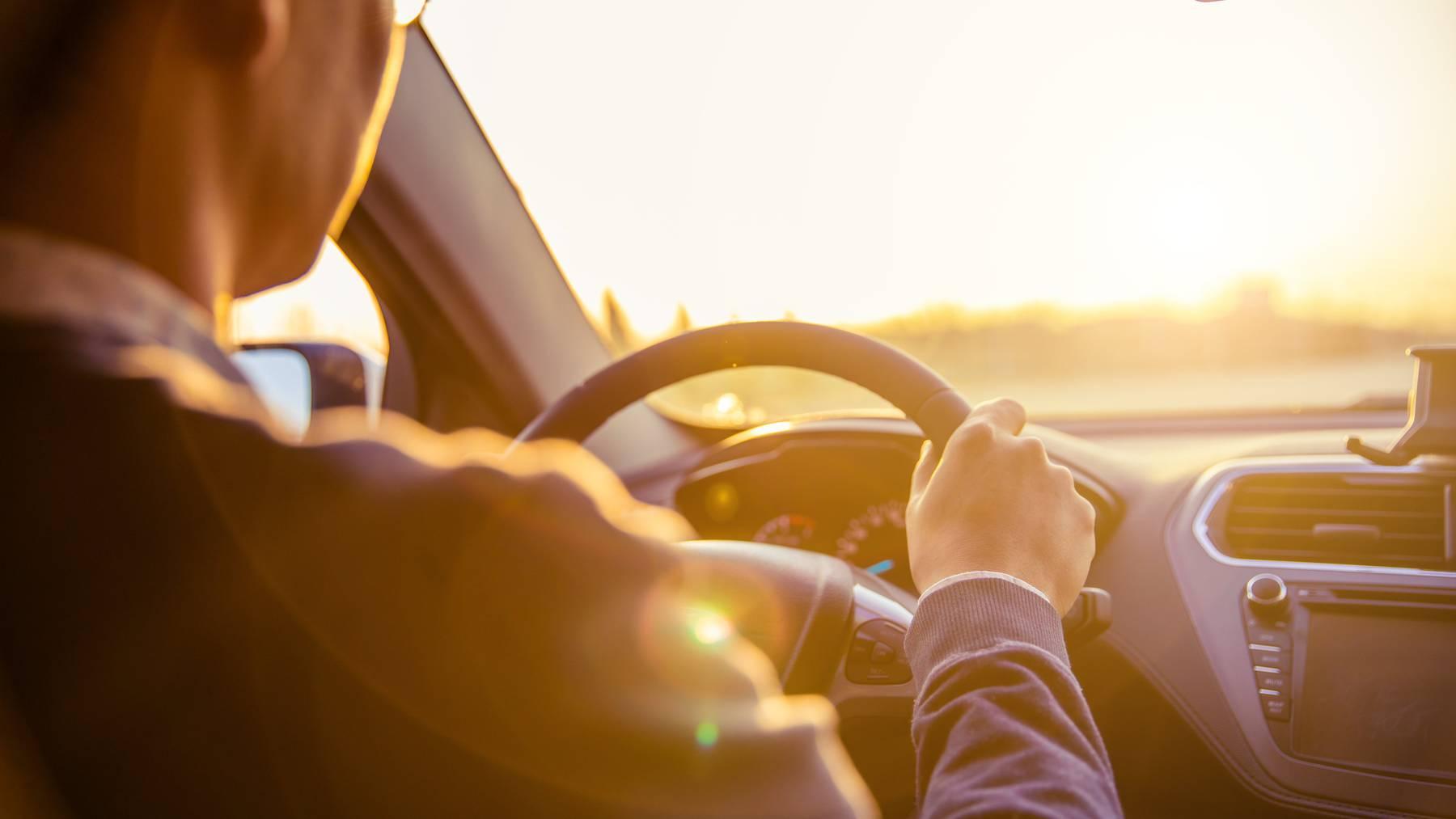 Wenn die Sonne blendet, sollte man vorsichtig fahren.