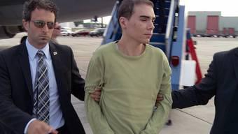 """Mörder Luka Rocco Magnotta, bekannt als """"Canadian Psycho"""", bei der Auslieferung nach Kanada im Juli 2012 (Archiv)"""