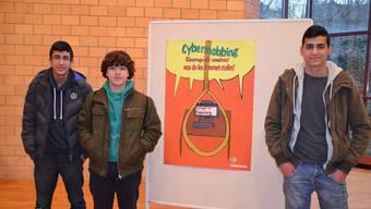 «Cybermobbing – überlege dir zweimal, was du ins Internet stellst!»: Eren Kabar, Sünheyp Gönün und Newroz Polat überzeugten die Jury mit ihrem Plakat.