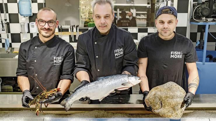 Die Fischhändler in ihrem Element: Maurizio Rovito, Domenico Verni und Yannik Alder (von links).