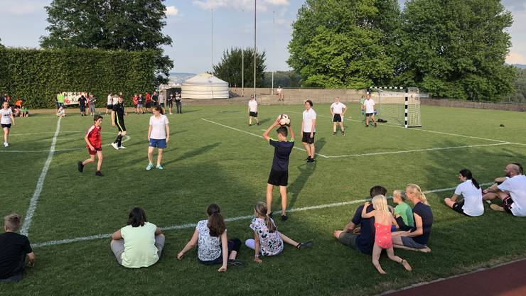 Nicht nur die Zuschauer haben Spass beim Fussballspiel der Schüler gegen ihre Lehrer. Auch der Schulleiter Tamer Pisirici (unten rechts) hat mitgespielt.