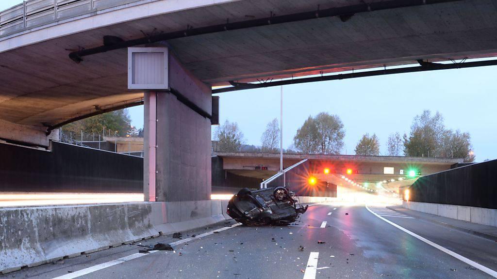 Aus acht Metern Höhe ist bei Horw LU ein Auto auf die Autobahn A2 gestürzt. Der Lenker wurde mittelschwer verletzt.