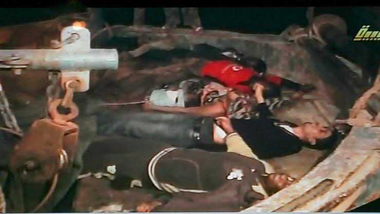 Das Libysche Fernsehen zeigt ertrunkene Afrikaner. Das Boot wurde am 31. März 2009 vor der Küste aufgegriffen.