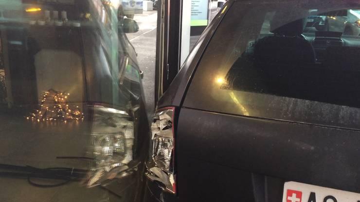 Der Lastwagen erfasste das Auto, dieses wiederum schleuderte auf das Trottoir und rückwärts in ein Ladenlokal.