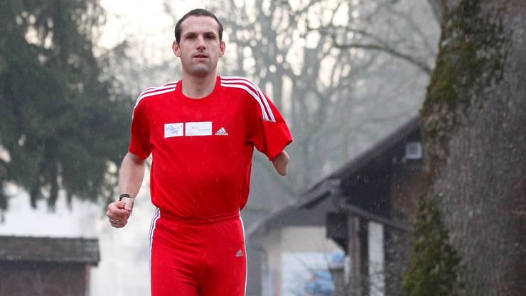 Christoph Sommer bei seinem Lauftraining an der Aare bei Worblaufen. Foto: Hanspeter Bärtschi