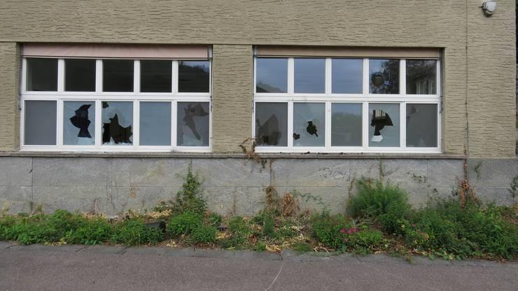Unbekannte beschädigten mehrere Fenster des Burghaldenschulhauses. Der Sachschaden beträgt rund 20'000 Franken.