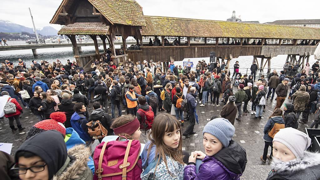 Politisch aktive Jugendliche 2019 an einem Klimastreik in Luzern: Bis sie abstimmen und wählen dürfen, sollen sie weiterhin warten, bis sie 18 Jahre alt sind, findet die staatspolitische Kommission. (Archivaufnahme)