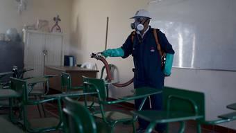 Insektenspray-Aktion in einem Schulzimmer in Cucuta im Nordosten Kolumbiens gegen die Verbreitung des Zika-Virus. Das Land erklärte die Zika-Epidemie für beendet. (Archivbild)