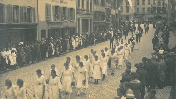 Historische Aufnahmen Maienzug Aarau: Der Umzug durch die Vordere Vorstadt im Jahr 1919.