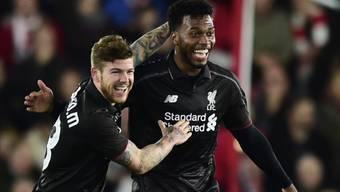 Die Liverpooler Alberto Moreno (links) und der von einer Verletzung zurückgekehrte Daniel Sturridge feiern einen Treffer