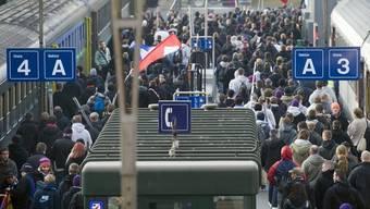 Bald Vergangenheit? Fussballfans verlassen einen Extrazug im Bahnhof Basel (Archiv)