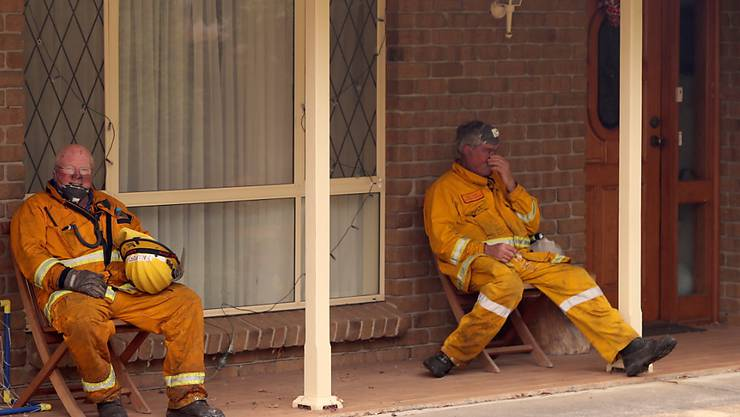 Erschöpfte Feuerwehrleute in der Nähe der südaustralischen Stadt Adelaide.