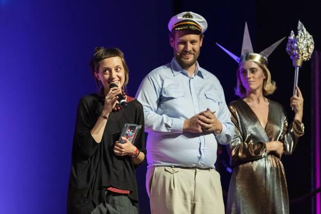 """Bester Film: """"Daughter"""" von Daria Kashcheeva (links). Neben ihr das Moderatorenpaar: Kapitän Stephan Stock und Freiheitsstatue Jane Mumford."""