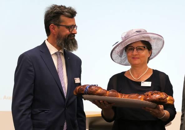 Dieter Wicki, Leiter Militär und Bevölkerungsschutz, nimmt von Franziska Roth im August 2018 den symbolischen Schlüssel für den Kommandobunker entgegen.