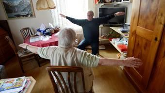 Coach Hanspeter Freudiger und Klara Ingold*: Bewegung und sozialer Kontakt halten fit.