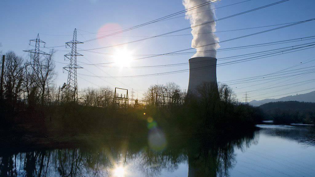 Das Kernkraftwerk Gösgen spiegelt sich in der Aare - neu misst unterhalb des Kraftwerks eine Messsonde automatisch die Radioaktivität im Fluss. (Archiv)
