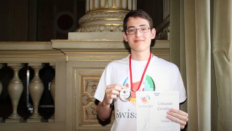 Tamar Som aus Lengnau, der die Kantonsschule Baden besucht, wurde an der Schweizer Chemie-Olympiade mit Gold ausgezeichnet.