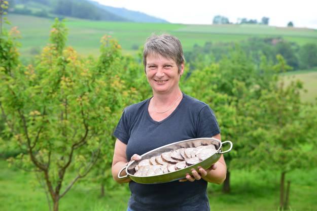 Annemarie Lüthi mit ihrer Lieblingsspeise, dem gespickten Rinderbraten.