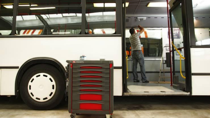 Arbeiter bauen den az-Wahlkampfbus um