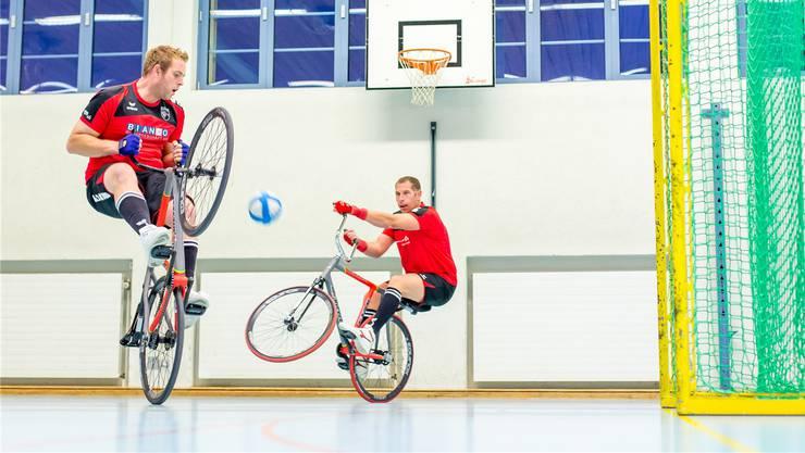 Den Ball unter Kontrolle: Renato Bianco (l.) und Stefan Lützelschwab.