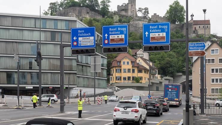 Noch weisen Lotsen den Verkehr über den Badener Schulhausplatz. In Kürze wird die Lichtsignalanlage in Betrieb genommen.