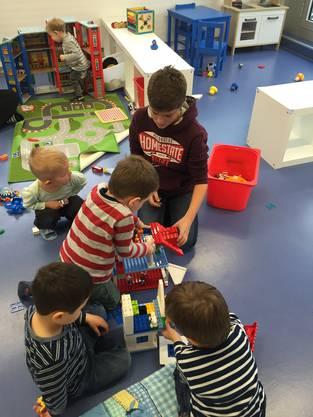 Noel hilft, damit das Legohaus auch mit 3 Etagen noch stabil bleibt.