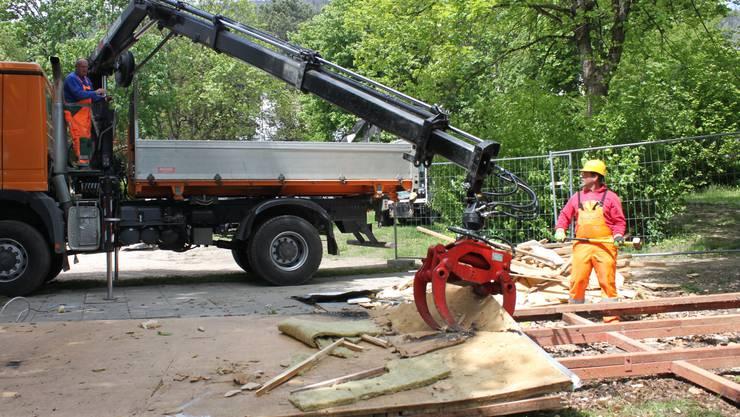 Arbeiter des Werkhofs brechen den Pavillon ab