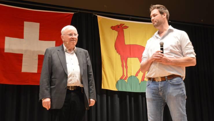 Christoph Riner begrüsst Christoph Blocher an einem Anlass der SVP Bezirk Laufenburg in Gipf-Oberfrick.