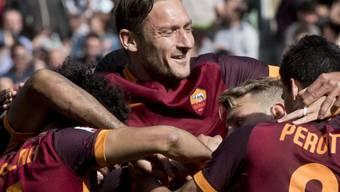Romas Francesco Totti und seine Kollegen bejubeln den Sieg gegen Napoli, der Juventus zum Meister macht