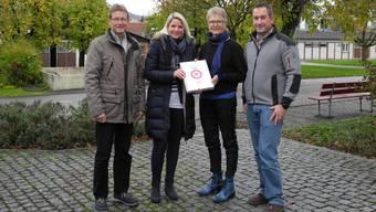 Hannes Erb und Melanie Jenni haben 571 Unterschriften an Gemeindeammann Regine Leutwyler und Vizeammann Georg Schmid (v. l.) übergeben.