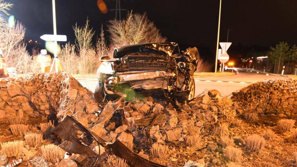 Der Wagen prallte in Uster ZH mit hoher Geschwindigkeit in die Steinmauer eines Kreisels.