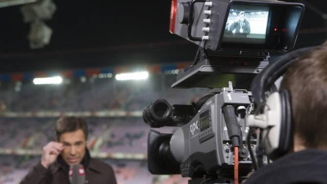 Zeitweise sahen über 1,5 Millionen Zuschauer die Übertragung aus dem Basler St. Jakob-Park (im Bild SF-Reporter Matthias Hüppi)